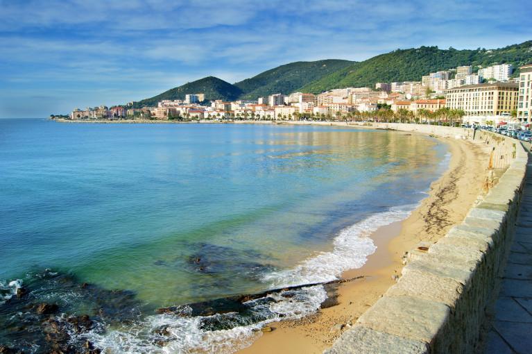 Top 10 bezienswaardigheden op corsica citytrip en for Hotel au bord de mer