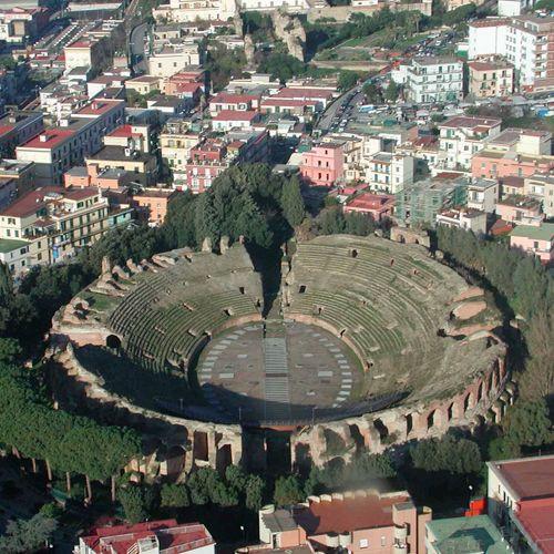 Luchtbeeld van het Amfitheater van Pozzuoli