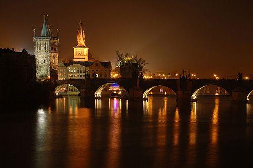 Nachtelijk beeld van de Karelsbrug