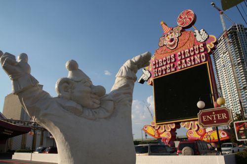 Beeld bij Circus Circus