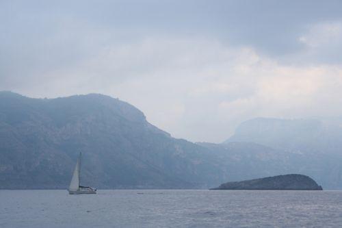 Zeilboot in de Golf van Napels