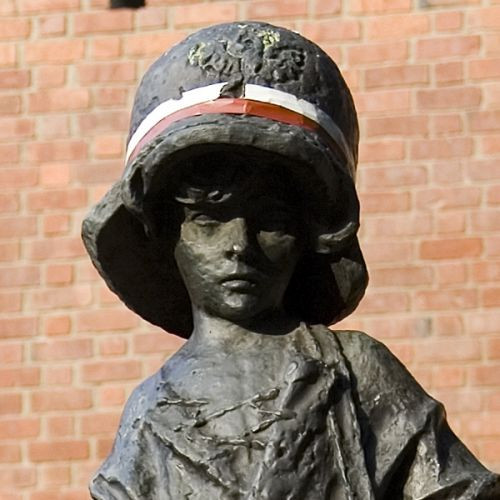 Helm op het Monument voor de Kleine Opstandeling