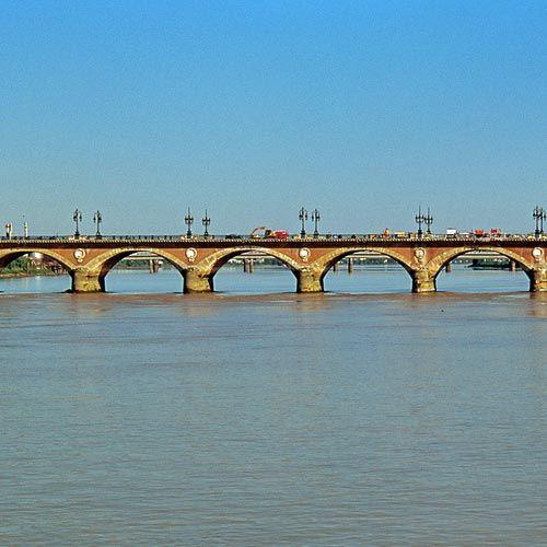 Zicht op de Pont de Pierre