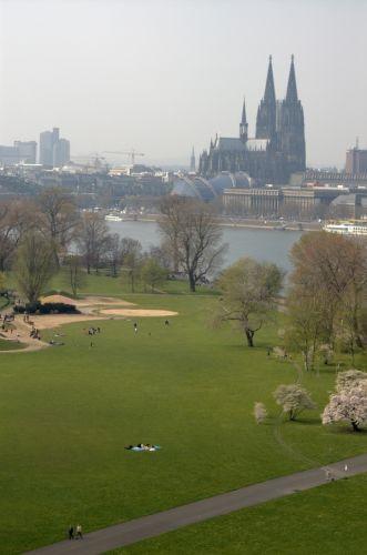 Zicht over het Rheinpark