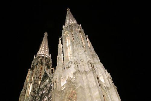 Nachtbeeld van de Votivkirche