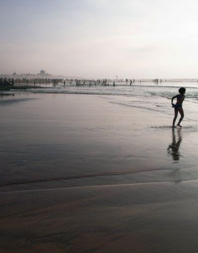 Spelend kind op een zandstrand