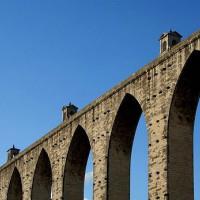 Onder aan het Aquaduct van Aguas Livres