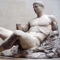 Antiek beeld in het Akropolis Museum