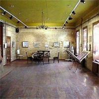 Binnen in de ARTEast Gallery