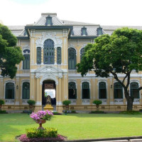 Gevel en tuin van het Bank of Thailand Museum