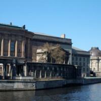 Alte Nationalgalerie van over het water