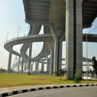 Onder de Bhumibol brug