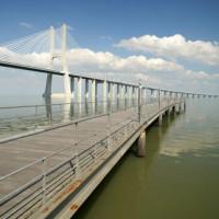 Kade bij de Ponte Vasco da Gama
