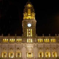 Nachtbeeld van het Câmara Municipal do Porto