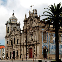 Zijaanzicht op de Igreja do Carmo