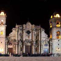 Nachtbeeld op de kathedraal in Havana