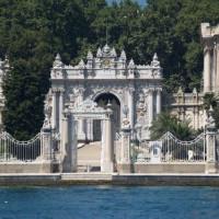 Poort van het Dolmabahçe Paleis