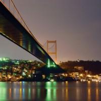 Nachtbeeld van de Fatih Sultan Mehmet-brug