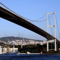 Zicht op de Fatih Sultan Mehmet-brug