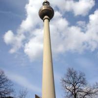 Aan de voet van de de Fernsehturm