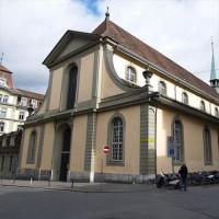 Zijaanzicht van de Franse kerk
