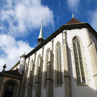 Onder aan de Franse kerk
