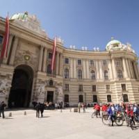 Fietsers voor het Hofburg