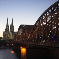 Schemerbeeld van de Hohenzollernbrücke