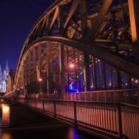Nachtbeeld van de Hohenzollernbrücke