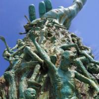 Onder aan het Holocaust Memorial
