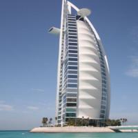 Zijaanzicht van de Burj al Arab