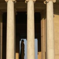 Zicht doorheen het Jefferson Memorial