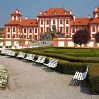 Bankjes voor het Chateau Troja