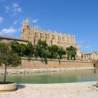 Zijaanzicht van de Kathedraal La Seu