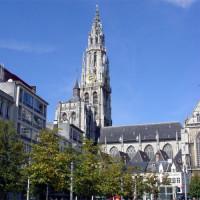 Zijkant van de Onze-Lieve-Vrouwekathedraal