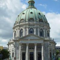 Voorkant van de Marmeren kerk