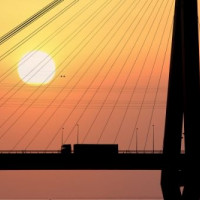Zonsondergang achter de Köhlbrandbrücke