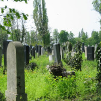 Grafstenen op het Kozma kerkhof