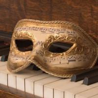 Masker op een piano