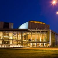 Het Ludwig Museum bij nacht