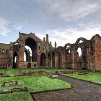 Totaalbeeld van de ruïnes van Melrose Abbey