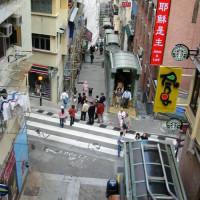 Straatbeeld bij de Mid-levels Escalator