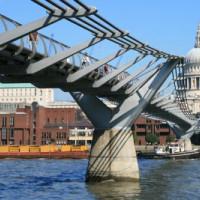 Onder aan de Millennium Bridge