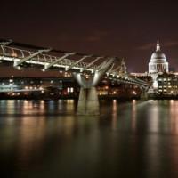 Nachtbeeld van de Millennium Bridge