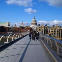Wandelaars op de Millennium Bridge