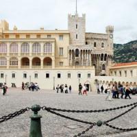 Mensen rond het Prinselijk Paleis