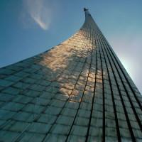 Onder aan het Monument voor de Veroveraars van de Ruimte