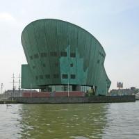 Zicht van over het water op het Nemo Science Center