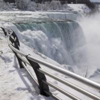 Sneeuw aan de Niagara Falls