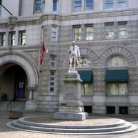 Standbeeld aan het Old Post Office
